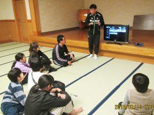子供たちも真剣にビデオ講習。自分の滑りをビデオで見ると明日からイメージしやすいですね!