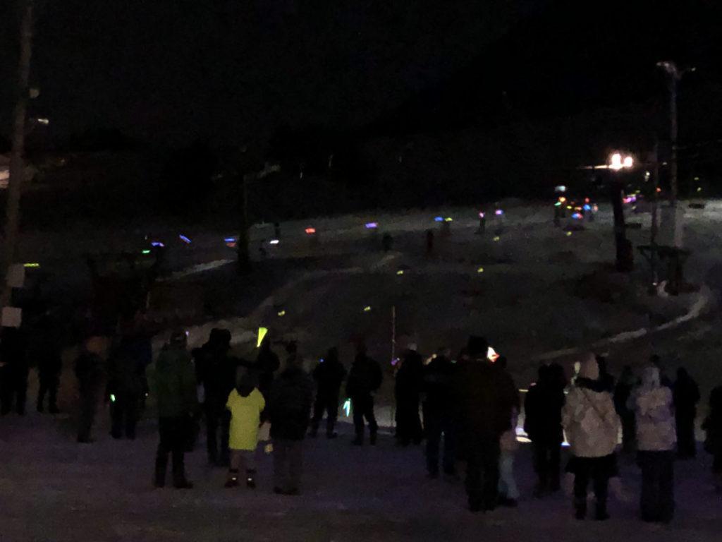 木島平スキー場55周年記念で一般応募者の松明滑走。ケミカルライト(ルミカ)を持って滑っています。